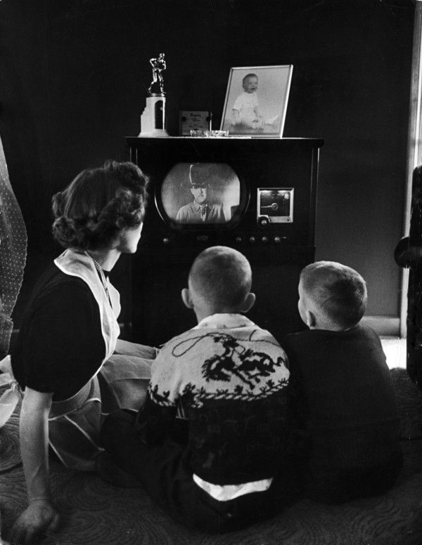 a paper on the role of television in the 1950s Television tv first became widespread in canada in the 1950's more canadians had money to spend in the post-war years and canada became a changed the way the family interacted and spent time together family life underwent great changes because of television families that used to play.