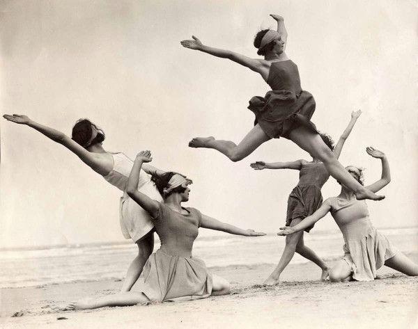 Danseuses sur la plage, Belgique, 1931.